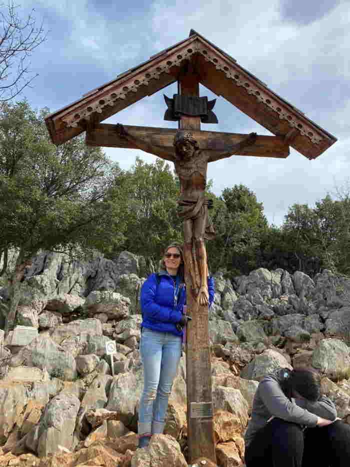Mariana Gómez en Medjugorje junto al Crucifijo 1