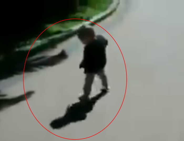 Nina asustada con su sombra