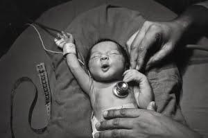 bebe recien nacido feliz