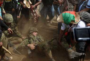 Soldado colombiano maltratado por indigenas