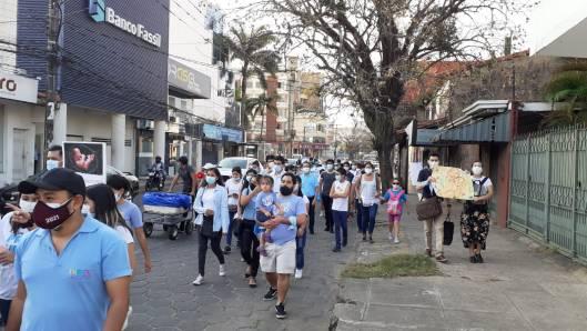 Manifestantes provida marchan por las calles de Santa Cruz
