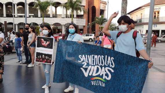 Pancartas provida en la Plaza 24 de Septiembre