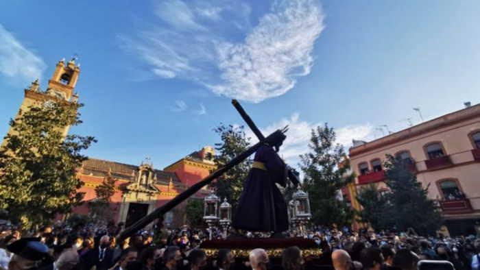 Nube sobre el Cristo del Gran Poder en Sevilla Espana