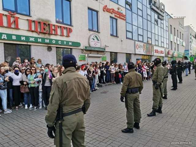 Женщин душили и тянули по асфальту: задержания на протестах в Беларуси попали на фото