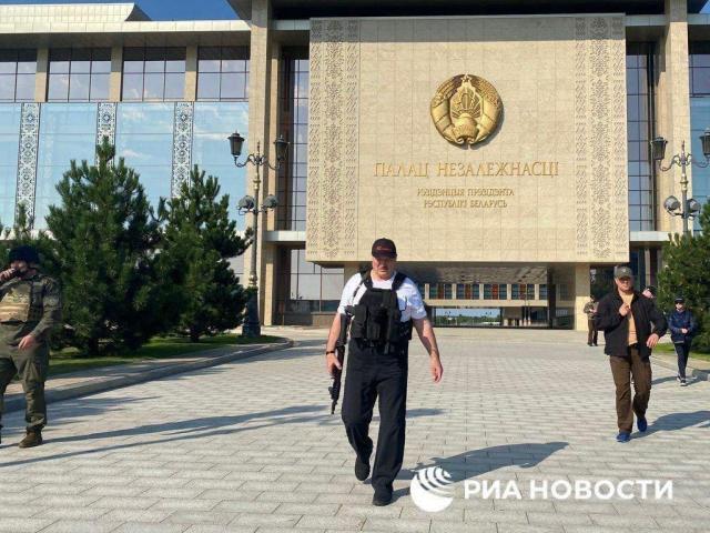 Протесты в Беларуси заставили Лукашенко снова взять автомат