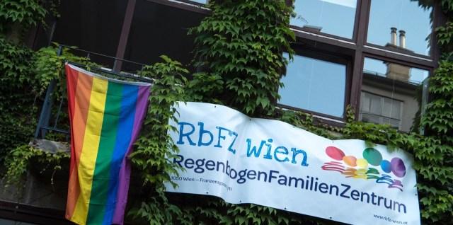 Regenbogenfahne und Banner hängt aus Fenster des RbFZ