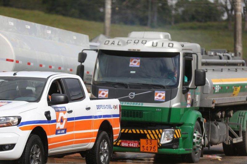 Greve caminhoneiros. Caminhões saem com escolta policial para asbtecer viaturas da PM e veículos oficiais