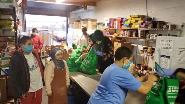أعضاء من المسجد يحضّرون علب وأكياس الطعام للمحتاجين في مدينة أوتاوا - Ottawa Muslim Association / Facebook