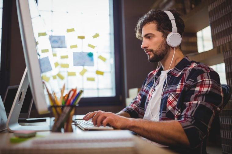 تأثير الموسيقى على العمل - الموسيقى تساعد على إنجاز المهام اليومية
