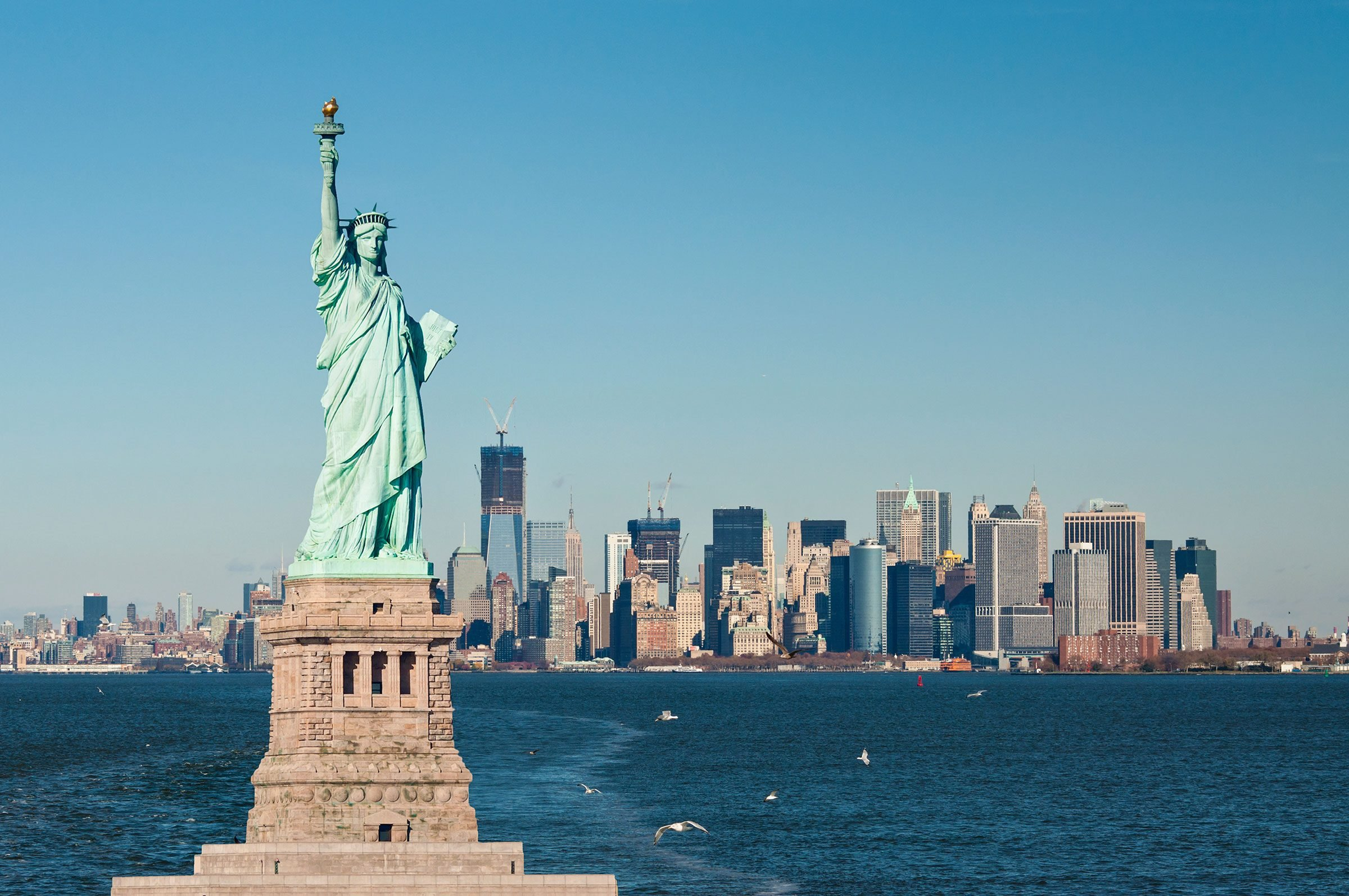 Picture of the Statue of Liberty, New York in the background
