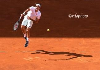 Roger Federer in battuta e la sua ombra - Madrid 2019 - foto di Roberto Dell'Olivo