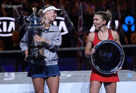 Caroline Wozniacki con Simona Halep -Premiazione Australia Open - foto di Roberto Dell'Olivo
