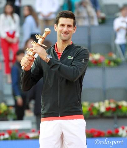 Novak Djokovic con il trofeo vinto a Madird 2019 - foto di Roberto Dell'Olivo