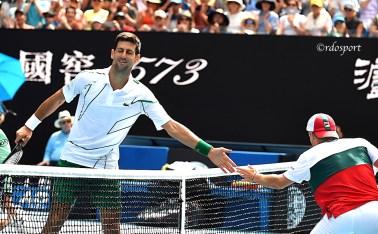 Djokovic stringe la mano a Swarthzman dopo un gran punto dell'argentino - Melbourne 2020 - foto di Roberto Dell'Olivo