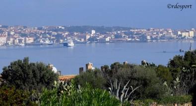 Dalla tribune del Circolo tennis Palau si può veder l'isola de La Maddalena