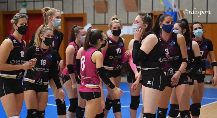 Le ragazze del feltre tutte con la mascherina rapina dell'inizio del loro match contro il Limana (©rdosport)