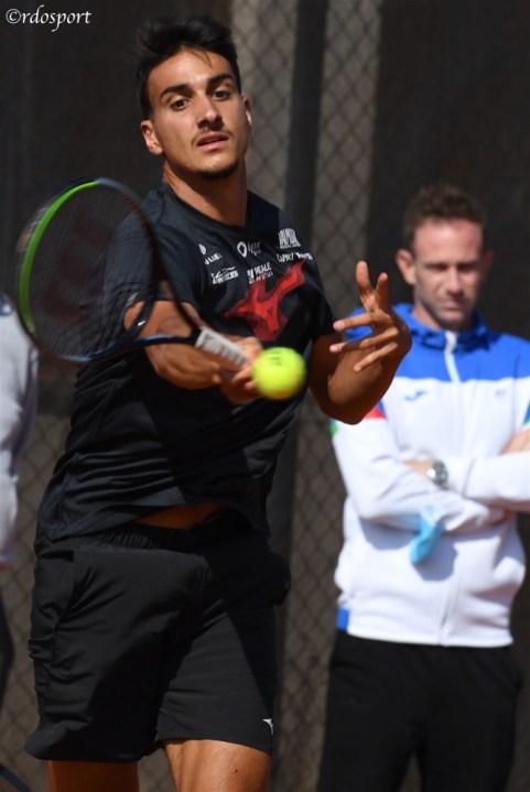 Lorenzo Sonego in allenamento sotto lo sguardo del capitano di Coppa Davis Filippo Volandri (foto di Roberto Dell'Olivo)