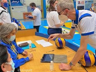 Alberto Pavei alle prese con la firma digitale del referto in un pre partita (©rdosport)