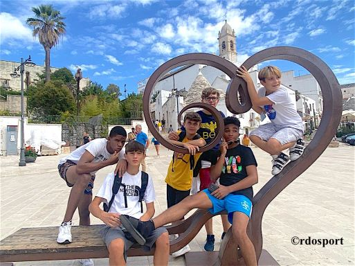 gruppo di ragazzi a Alberobello