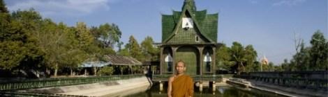 Monges budistas num templo de garrafas de cerveja?