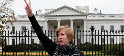 Anti-war activist Cindy Sheehan in front of the White House. (photo: OutofCentralAsiaNow/WordPress.com)