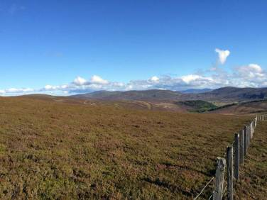 Blick über die karge Landschaft der Grampian Mountains zwischen Edinburgh und Loch Ness
