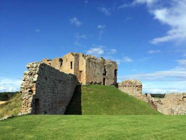 """Duffus Castle in der Nähe von Inverness. Die Burg wurde im klassischen normannischen Stil zunächst als Turm auf einen """"Moat"""" gebaut, einen aufgeschütteten Hügel, und diente als Rückzugsort für das daneben liegende """"Bailey"""", wo das Volk wohnte. Bei der weiteren Befestigung der Anlage mit dicken Mauern rutschte allerdings der Turm aufgrund des Gewichts ab…"""
