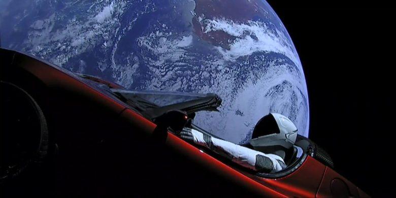 Автомобиль Tesla Roadster Илона Маска с манекеном Starman совершил первый оборот вокруг Солнца