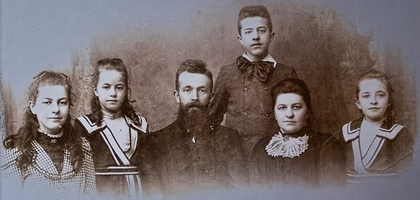 Betsie, Nollie, Casper, Willem, Cornelia, Corrie ten Boom in 1900. Pmsocialmedia/CC BY-SA 3.0/Wikimedia Commons
