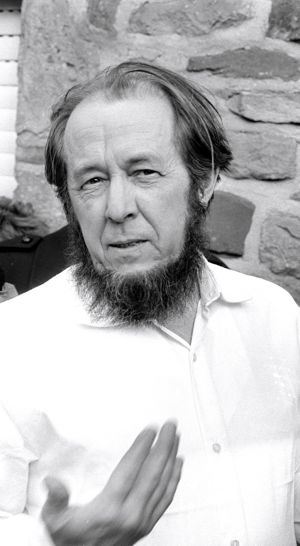 Aleksandr Solzhenitsyn talks with reporters in 1974. Photo by Bert Verhoeff, now in the Dutch National Archives at the Hague, shared via Wikimedia Commons.