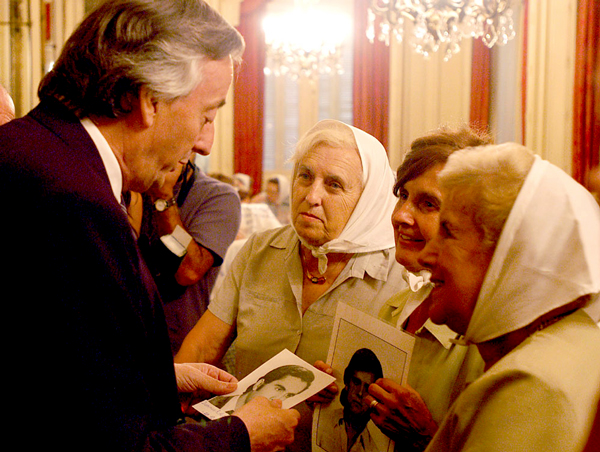 Mothers of the Plaza de Mayo with former president of Argentina Néstor Kirchner
