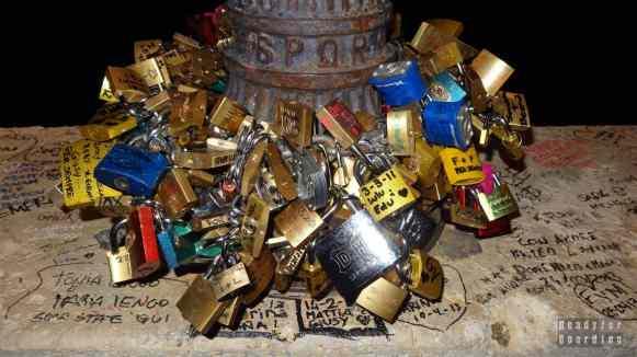 Rzym nocą, kłódka na moście Ponte Milvio