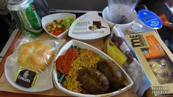 Jedzenie na pokładzie Emirates na trasie Warszawa Dubaj