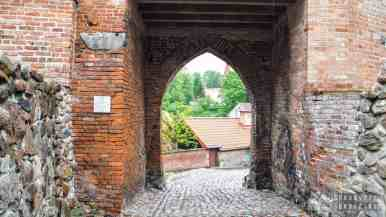 Pasłęk - mury obronne z bramą