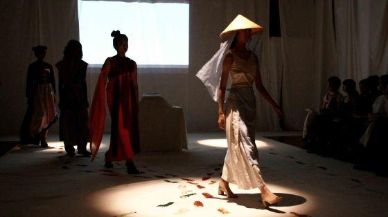 服だけではないファッションショー。立教大学服飾デザイン研究会がショー「(   )ism 」を開催