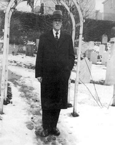 Lovecraft dans St. John's Churchyard, Providence 1935.