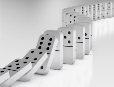 line-of-white-dominoes-falling_mkom3ee5__F0000