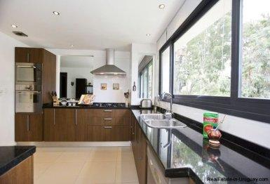 1137-Elegance-Design-and-Comfort-in-Carrasco-3910