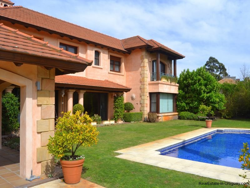1352-Magnificent-Residence-in-Carrasco-4110