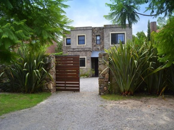Gate-to-Lake-House-in-Carrasco-Montevideo