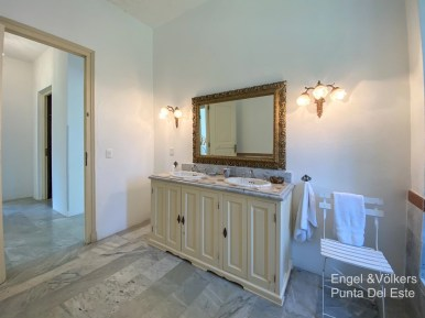 4925 Italian Villa in EL Golf Punta del Este - Master Bathroom2