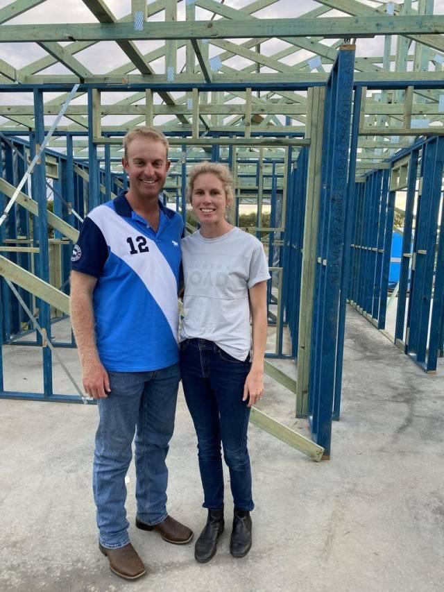 Olympiër James Willett en vriendin Amy Barnes in hun huis in aanbouw in Yarrawonga - voor kondigen sun real estate aan