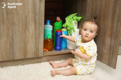girl playing with detergents