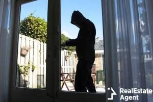 a burglar try to break in a house