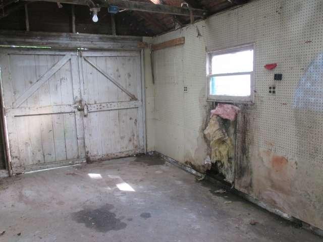 561-814272 – Garage & Workspace 02