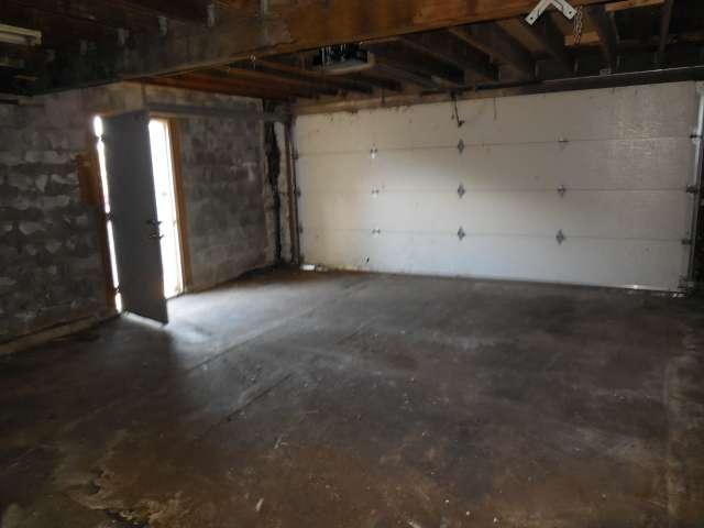 garage-interior-561-881695-16