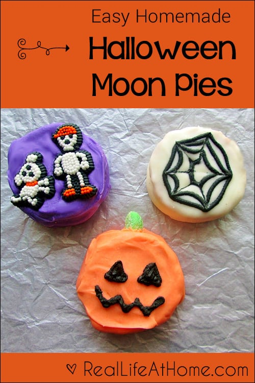What a fun Halloween treat! Easy Homemade Halloween Moon Pies