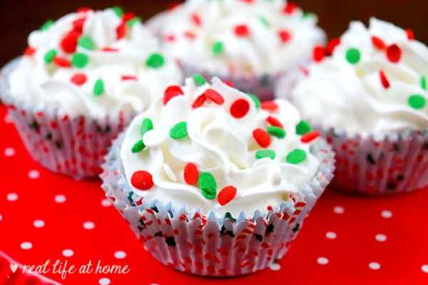 Super cute cupcake-shaped Christmas bath bombs - recipe at Real Life at Home