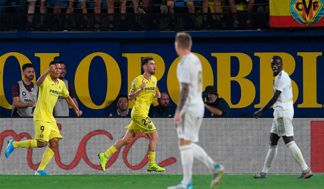 Villarreal's Spanish midfielder Moises Gomez (C) celebrates with teammates after scoring a goal during the Spanish League match Villarreal CF against Real Madrid CF at La Ceramica stadium in Vila-real on September 1, 2019. (Photo by Josep LAGO / AFP) ( Photo credit should read JOSEP LAGO / AFP / Getty Images)