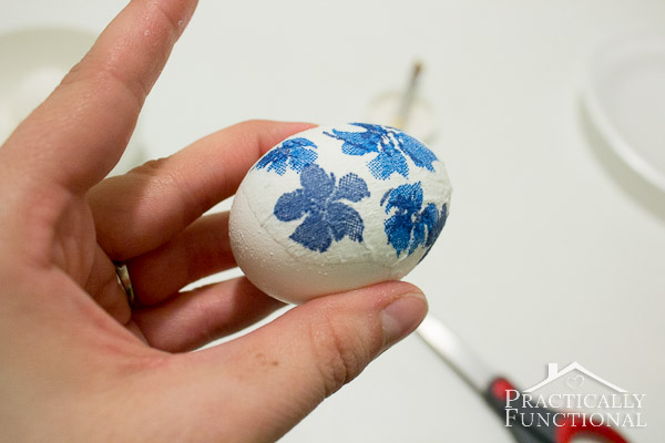 Decorate an Easter egg with a paper napkin!